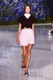 Um modelo anda a pista de decolagem durante a mostra de Christian Dior Fotos de Stock