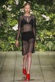 Um modelo anda a pista de decolagem durante o desfile de moda de Laura Biagiotti Fotos de Stock Royalty Free