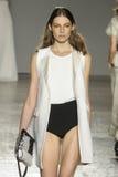 Um modelo anda a pista de decolagem durante o desfile de moda de Les Copains Imagens de Stock