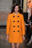 Um modelo anda a pista de decolagem na mostra de Emilio Pucci como uma parte de Milan Fashion Week Fotos de Stock