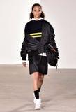 Um modelo anda a pista de decolagem no desfile de moda de Tim Coppens durante a queda dos homens da semana de moda de New York/in Foto de Stock
