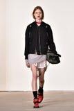 Um modelo anda a pista de decolagem no desfile de moda de Tim Coppens durante a queda dos homens da semana de moda de New York/in Fotos de Stock