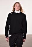 Um modelo anda a pista de decolagem no desfile de moda de Tim Coppens durante a queda dos homens da semana de moda de New York/in Fotografia de Stock