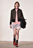 Um modelo anda a pista de decolagem no desfile de moda de Tim Coppens durante a queda dos homens da semana de moda de New York/in Fotos de Stock Royalty Free
