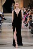 Um modelo anda a pista de decolagem no desfile de moda de Oscar De La Renta durante a semana de moda de New York do fevereiro de  fotografia de stock royalty free