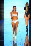 Um modelo anda a pista de decolagem para biquinis de Gigi C durante a forma de Paraiso favoravelmente imagens de stock royalty free