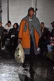 Um modelo anda a pista de decolagem que veste N Hoolywood Imagens de Stock Royalty Free