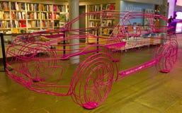 Um modelo cor-de-rosa do fio-quadro do presente de Rover Evoque da escala no evento do lançamento guardado em Tate Gallery Albert imagens de stock