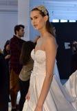 Um modelo levanta durante a apresentação 2017 da mola/verão de Galia Lahav Bridal Fashion Week imagens de stock royalty free