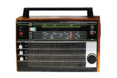 Um modelo portátil velho do rádio de transistor em um caso de madeira Feito em URSS O mais popular no 70-80s Isolado no branco le fotos de stock royalty free