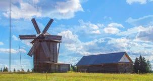 Um moinho de vento antigo, um dia ensolarado do verão, um tempo-lapso filme