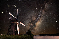 Um moinho de vento e a Via Látea Imagem de Stock Royalty Free