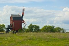 Um moinho de vento na ilha sueco da Ã-terra Foto de Stock Royalty Free