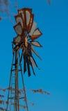 Um moinho de vento oxidado velho na reserva do jogo de Kalagadi Foto de Stock