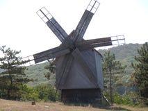 Um moinho de vento velho na terra histórica de Dobrogea dentro ao sudeste de Romênia imagens de stock