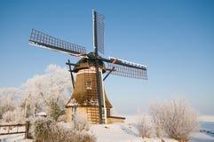 Um moinho em uma paisagem do inverno imagem de stock