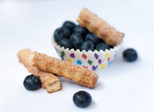 Um molde de papel de mirtilos e de biscoitos maduros na superfície branca contra o fundo branco Imagem de Stock Royalty Free