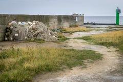 Um molhe ou um cais com redes de pesca e gaivotas imagens de stock