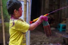 Um momento alegre do holi o festival das cores na feira de Shakhari, Dhaka, Bangladesh Imagens de Stock