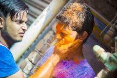 Um momento alegre do holi o festival das cores na feira de Shakhari, Dhaka, Bangladesh Imagem de Stock Royalty Free