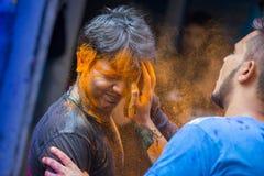 Um momento alegre do holi o festival das cores na feira de Shakhari, Dhaka, Bangladesh Fotos de Stock Royalty Free