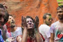 Um momento alegre do holi o festival das cores na feira de Shakhari, Dhaka, Bangladesh Foto de Stock