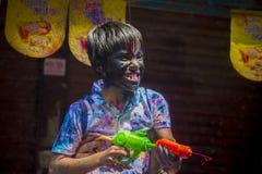 Um momento alegre do holi o festival das cores na feira de Shakhari, Dhaka, Bangladesh Fotografia de Stock Royalty Free