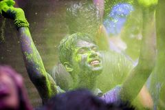 Um momento alegre do holi o festival das cores na feira de Shakhari, Dhaka, Bangladesh Imagem de Stock
