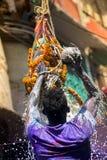 Um momento alegre do holi o festival das cores na feira de Shakhari, Dhaka, Bangladesh Foto de Stock Royalty Free