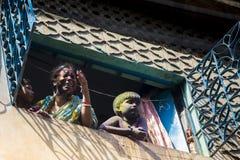 Um momento alegre do holi o festival das cores na feira de Shakhari, Dhaka, Bangladesh Fotos de Stock