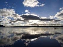 Um momento reflexivo em um Loch escocês Fotos de Stock Royalty Free