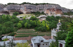 Um monastério está na garganta das rochas 1 Foto de Stock