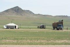 Um mongolian familiy está transportando-se a um lugar novo imagem de stock royalty free