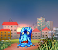 Um monstro assustado perto das construções altas Fotografia de Stock