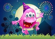 Um monstro cor-de-rosa feliz do beanie no carnaval Fotografia de Stock