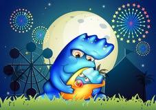 Um monstro da mãe que pacifica sua criança perto do carnaval Fotos de Stock Royalty Free