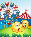 Um monstro do bebê com sua mãe na cume com um carnaval Foto de Stock Royalty Free
