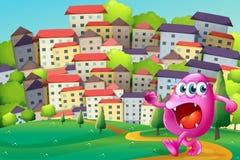 Um monstro que anda no monte através das construções Imagens de Stock Royalty Free