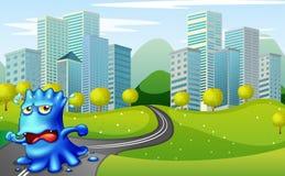 Um monstro que corre na estrada perto das construções Fotografia de Stock Royalty Free