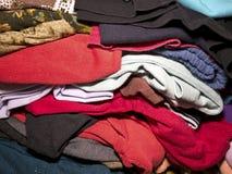 Um montão da roupa para a venda no mercado imagens de stock royalty free