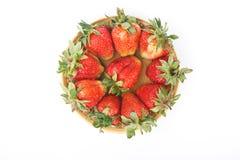 Um montão de morangos frescas vermelhas em um prato, isolat Foto de Stock