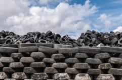 Um montão de pneus velhos para a reciclagem de borracha imagens de stock