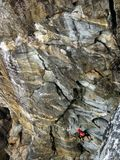 Um montanhista de rocha que escala acima os penhascos em Charleston, Nova Zelândia imagem de stock