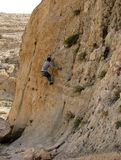 Um montanhista livre em uma rocha íngreme da pedra calcária imagens de stock
