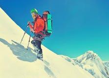 Um montanhista que alcança a cimeira da montanha Spor do alpinista fotos de stock
