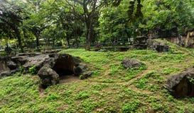 Um monte artificial com as rochas feitas do cimento que cerca por árvores Jakarta recolhido foto Indonésia Imagens de Stock Royalty Free