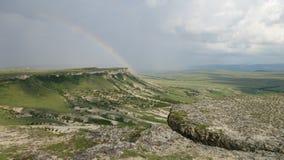 Um monte da montanha com um arco-íris na rocha AK-Kaya crimeia fotografia de stock