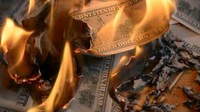 Um monte de papel nos dá dinheiro jogando em uma mesa video estoque