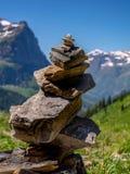 Um monte de pedras de estilo celta com montanha e Clements Mountain do canhão no Bokeh imagem de stock