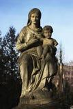 Um monumento à mãe com uma criança nas mãos imagens de stock royalty free